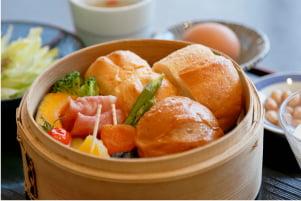 ほかほかパンに副菜いろいろ洋風モーニング